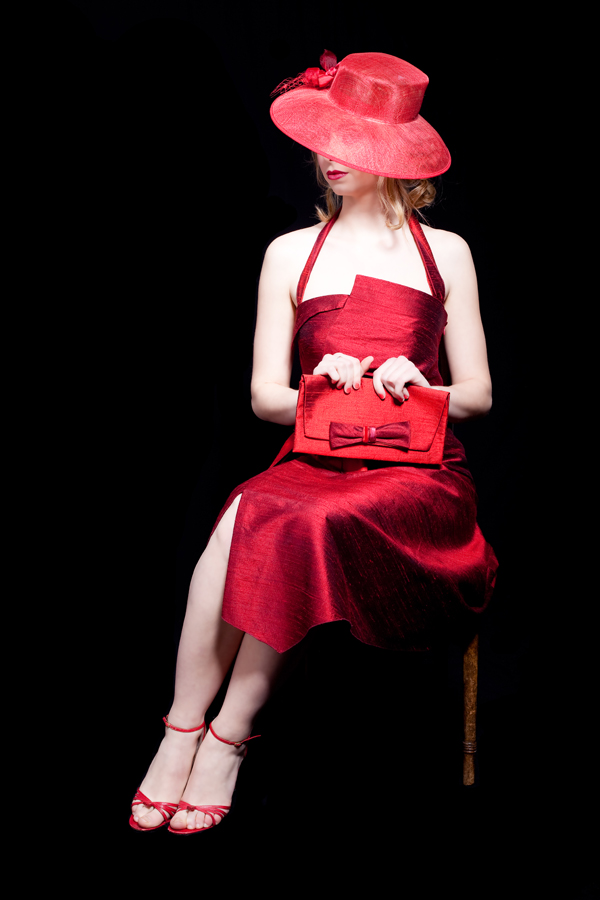 photo de mode femme en robe rouge