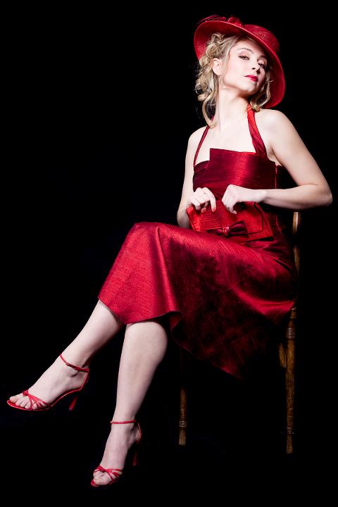 jeune mannequin avec robe rouge sur une chaise