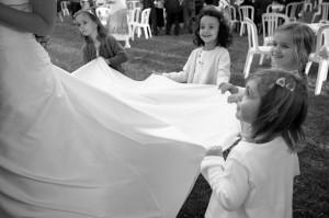 petites filles tenant une robe de mariée