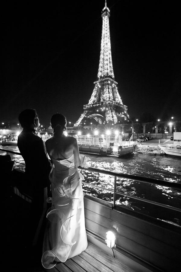 maris sur une pniche regardant la tour eiffel - Peniche Mariage Paris