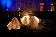 les enfants mettent en place les lanternes pour le mariage