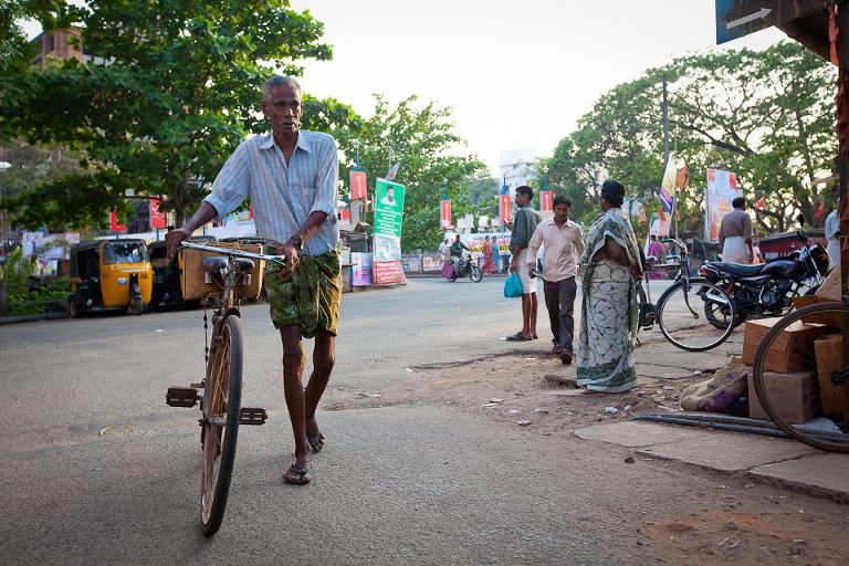 Un homme avec son vélo dans le sud de l'Inde