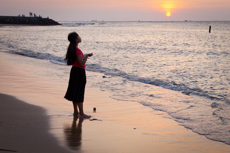 Jeune fille sur la plage à Cochin