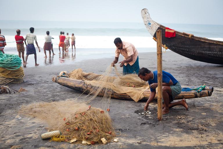 Pêcheurs indiens remettant leurs filets en place
