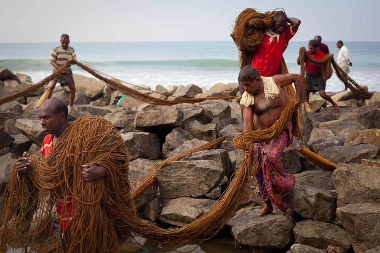 Pêcheurs d'Inde du sud transportant leurs filets de pêche
