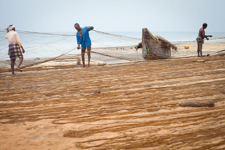 Installation des filets de pêche à Varkala en Inde