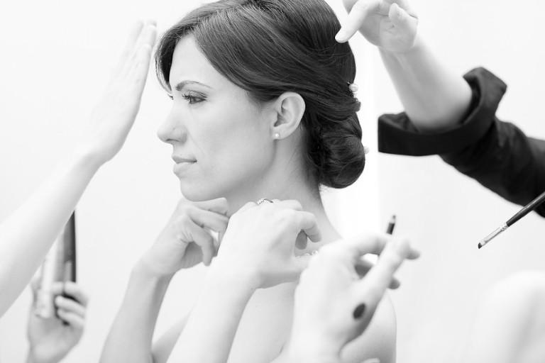 Mariée en train de se faire maquiller