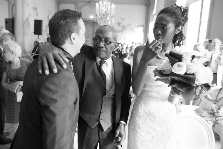 Mariée émue devant son père et son mari
