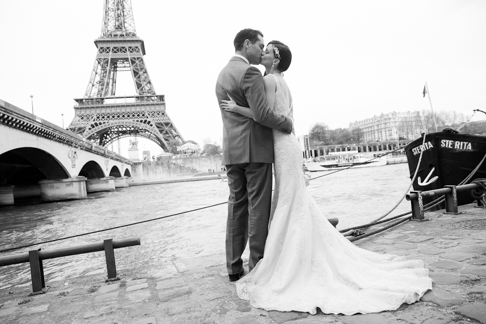 Photo de mariage à Paris devant la Tour Eiffel