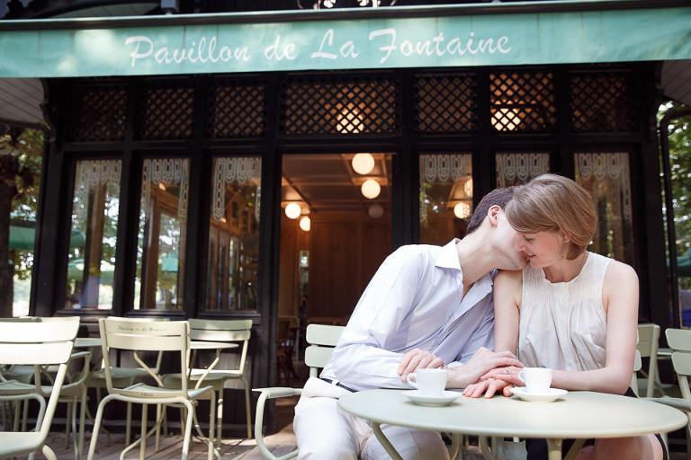 Futur marié embrasse sa fiancée autour d'un café à Paris