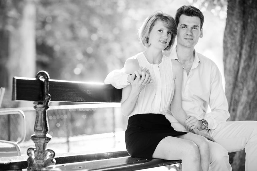 Deux amoureux assis sur un banc public