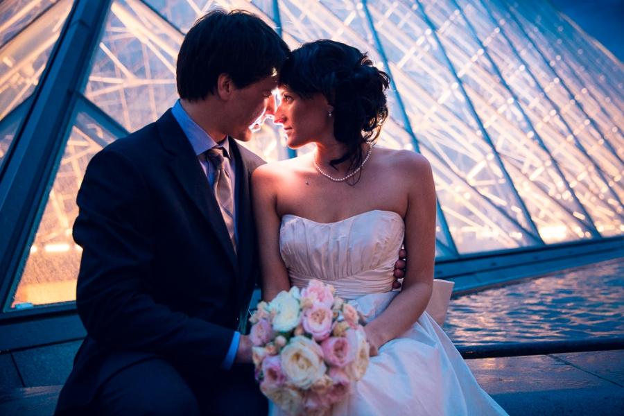 Photo de couple mariage au Louvre