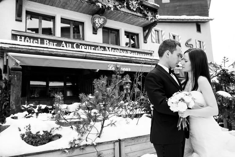 photos de mariés devant l'hôtel Au coeur de Megève