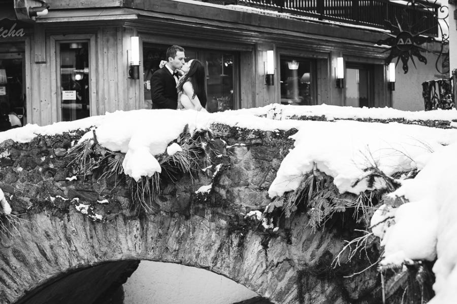 photo de mariés dans les rues de Megève