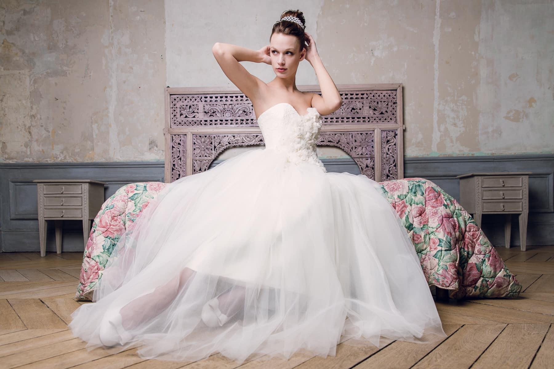 Mariée assise sur un lit