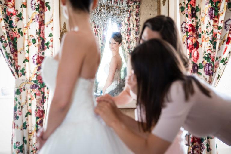 Habillage de la mariée avec ses amies
