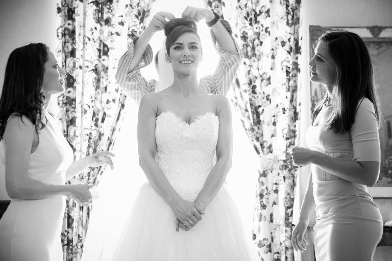 Dernier détails de la coiffure de la mariée