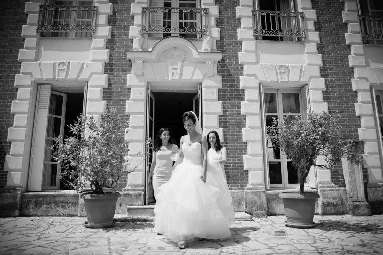 La mariée sort du lieu des préparatifs