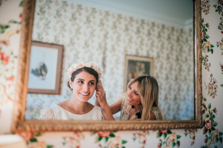 la mariée et sa témoin pendant les préparatifs
