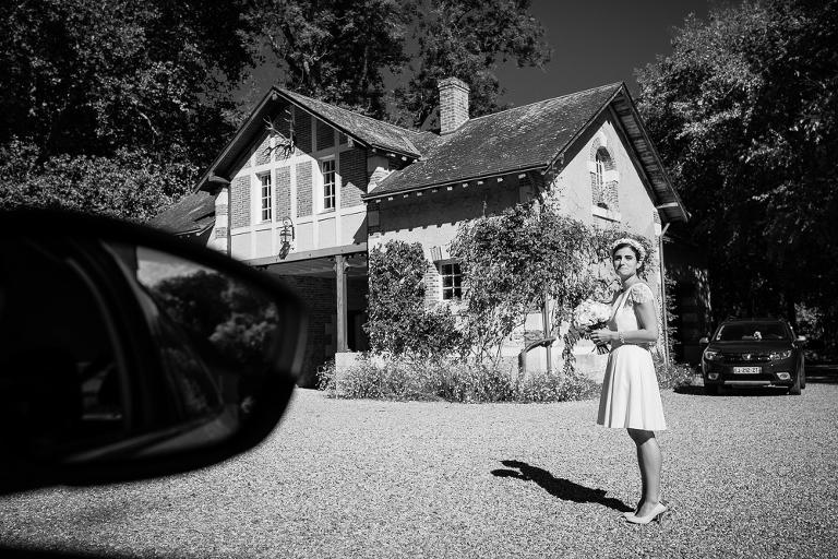 la mariée attend son chauffeur avant la cérémonie