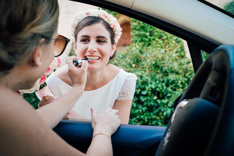 la touche finale du maquillage de la mariée