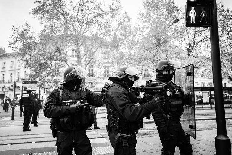 Policiers anti émeutes prêts à tirer